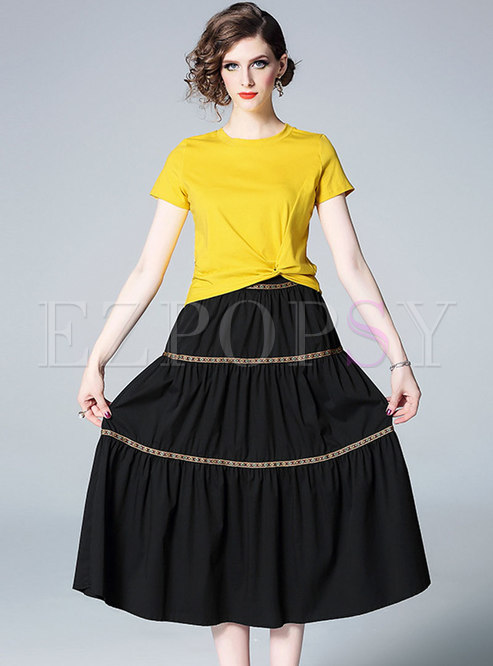 Solid Color Short Sleeve T-shirt & Black Pleated Skirt