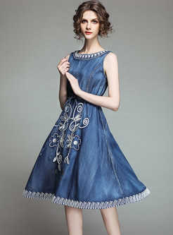 O-neck Sleeveless Tie-waist Embroidered Dress